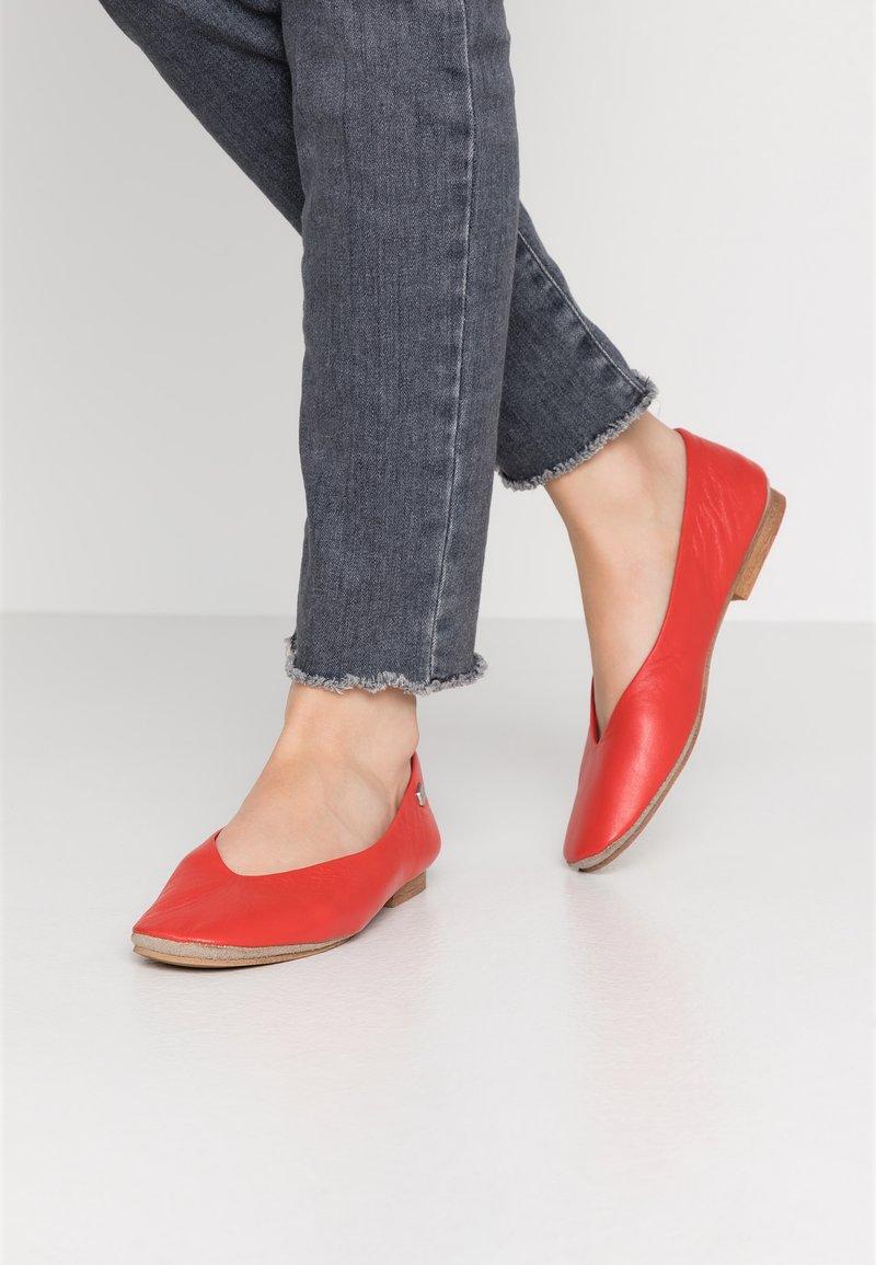 Musse & Cloud - SARY - Bailarinas - red