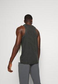 Nike Performance - RISE TANK - Sportshirt - light bone/smoke grey - 2