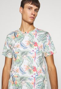 Jack & Jones - JORTROPICALBIRDS TEE CREW NECK - T-shirts print - cloud dancer - 4
