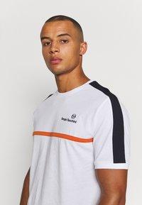 Sergio Tacchini - NOLWEN - Print T-shirt - white/orange - 5