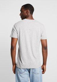 Abercrombie & Fitch - FALL FRINGE VEE 3 PACK - Basic T-shirt - grey/burgundy/white - 2