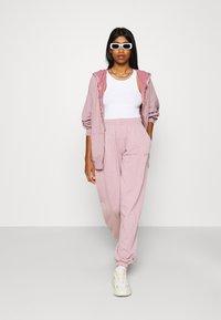 BDG Urban Outfitters - ZIP THROUGH HOODIE - Zip-up sweatshirt - bubble gum - 1