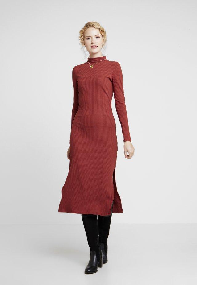 VESTIDO MALHA COSTINE MALAGA - Shift dress - marrom terracota