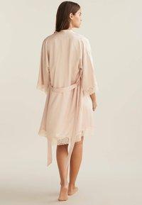 OYSHO - MIT SPITZE - Dressing gown - beige - 1