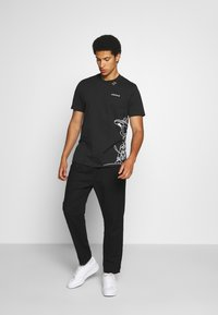 adidas Originals - GOOFY TEE - Print T-shirt - black/white - 1