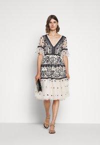 Needle & Thread - MIDSUMMER DRESS - Vestido de cóctel - champagne/black - 1