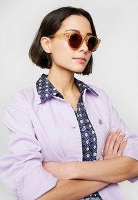 Le Specs - HEY MACARENA  - Okulary przeciwsłoneczne - beige - 1