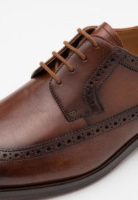 Clarks - OLIVER WING - Smart lace-ups - dark tan - 5
