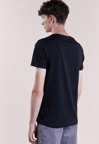 Bruuns Bazaar - GUSTAV - Jednoduché triko - black - 2