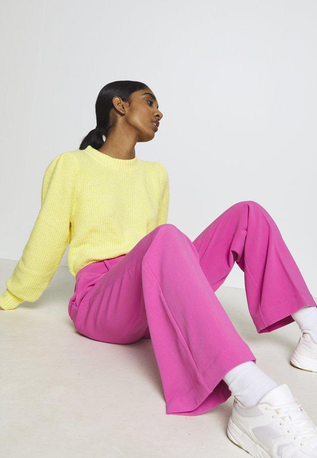CORAPANTS - Spodnie materiałowe - pink