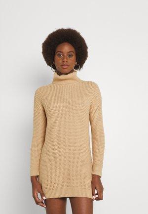 ROLL NECK DRESS - Strikket kjole - camel