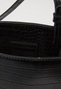 Who What Wear - PEYTON - Across body bag - black croco - 4