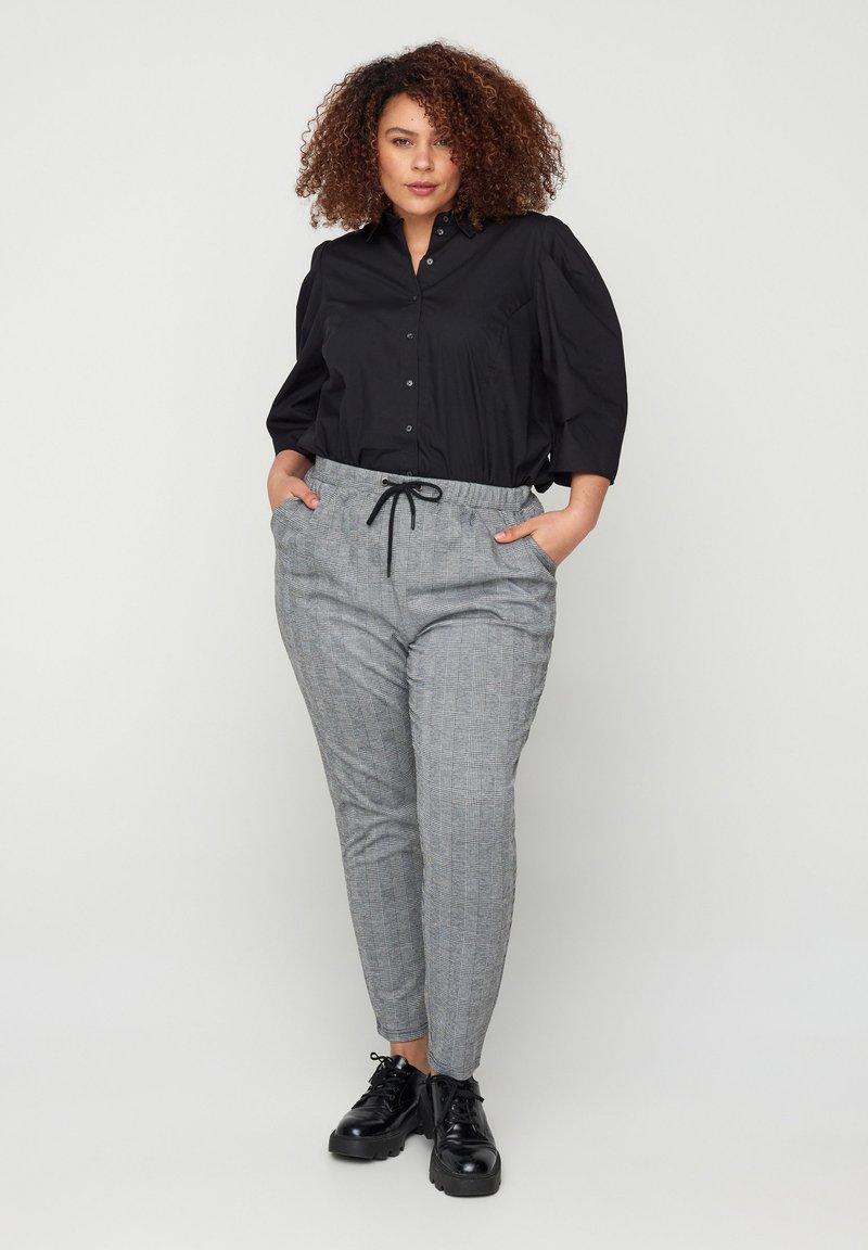 Zizzi - MIT TASCHEN - Trousers - grey