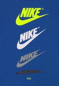 Nike Sportswear - CASCADING FUTURA AIR TEE - Camiseta estampada - game royal - 2