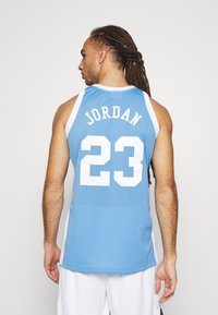 Mitchell & Ness - MICHAEL JORDAN NORTH CAROLINA - Article de supporter - light blue - 2