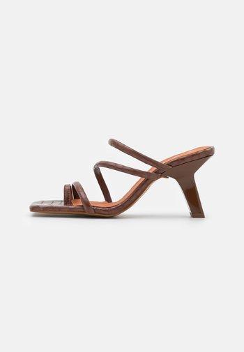 T-bar sandals - castaña