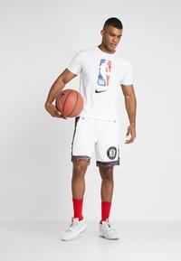 Nike Performance - NBA CITY EDITION BROOKLYN NETS SWINGMAN SHORT - Krótkie spodenki sportowe - white/black - 1