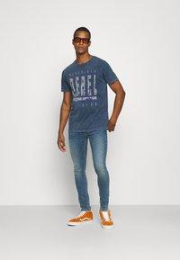 Redefined Rebel - RACE TEE - T-shirt print - navy - 1