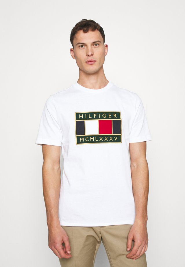 GLOBAL FLAG TEE - Print T-shirt - white