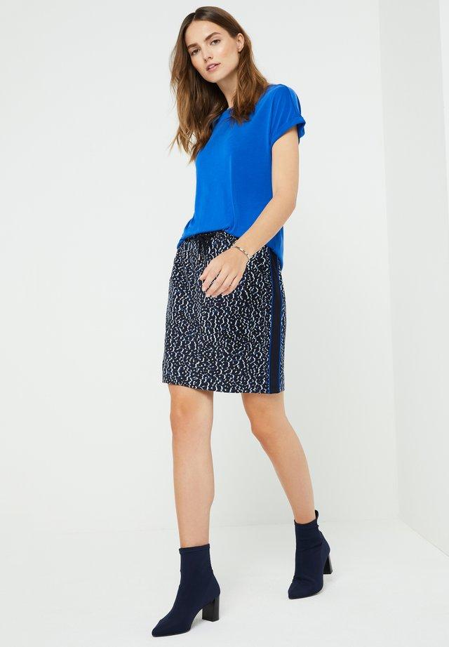 MIT ZIERKNOPFLEISTE - Basic T-shirt - royal blue