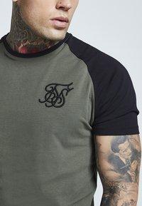 SIKSILK - RAGLAN GYM TEE - T-shirt print - khaki & black - 3