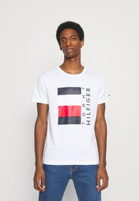 Tommy Hilfiger - CORP STRIPE BOX TEE - Camiseta estampada - white - 0