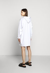 MM6 Maison Margiela - LOGO HOODIE DRESS - Žerzejové šaty - white - 2