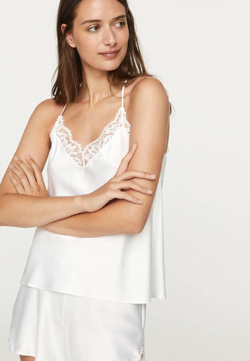 OYSHO - TOP IM DESSOUS-LOOK MIT SPITZE 30212801 - Pyžamový top - white