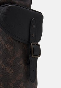 Coach - HITCH BACKPACK HORSE AND CARRIAGE PRINT UNSEX - Rucksack - truffle - 5