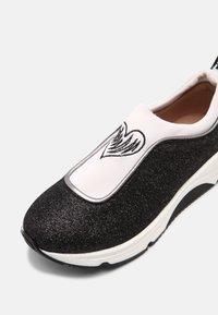 TWINSET - ARTIST HEART - Sneakersy niskie - off white/nero - 4