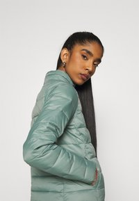 ONLY - ONLSANDIE QUILTED JACKET  - Lett jakke - chinois green - 4