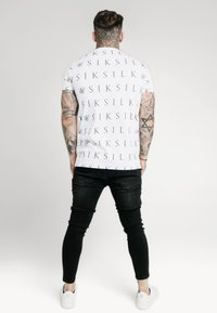 SIKSILK - FITTED BOX TEE - Print T-shirt - white/grey - 2