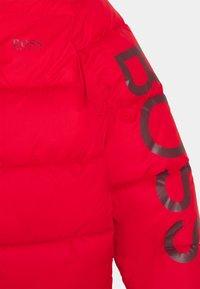 BOSS Kidswear - PUFFER JACKET - Chaqueta de invierno - red - 2