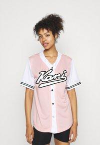 Karl Kani - VARSITY BLOCK BASEBALL - Print T-shirt - rose - 0