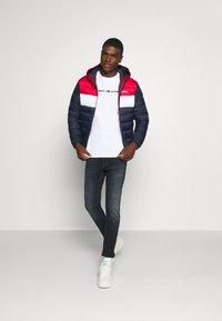 Tommy Jeans - STRAIGHT LOGO TEE - T-shirt z nadrukiem - white - 1