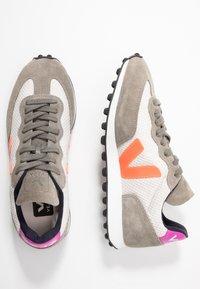 Veja - RIOBRANCO - Trainers - gravel orange/fluo ultraviolet - 3