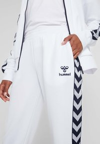 Hummel - DEE TRACKSUIT SET - Survêtement - bright white