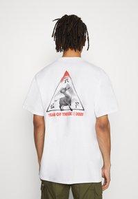 HUF - YEAR OF THE OX TEE - Print T-shirt - white - 2