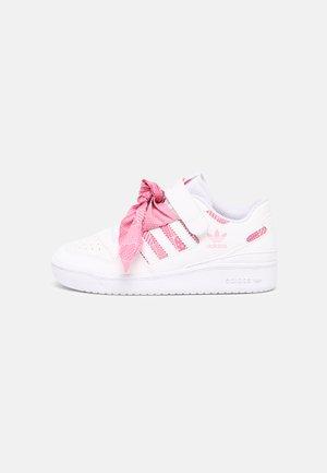 FORUM LOW UNISEX - Baskets basses - white/light pink