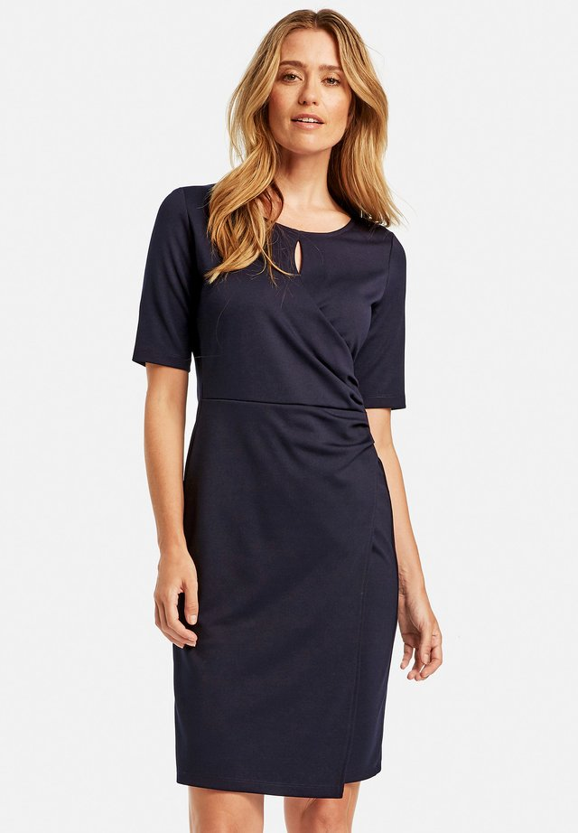 GEWIRKE MIT WICKELEFFEKT - Shift dress - dark navy