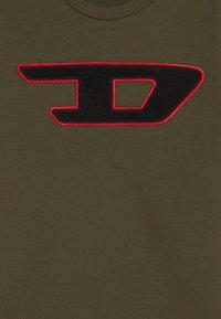 Diesel - TJUSTDIVISION-D MAGLIETTA - Print T-shirt - olive night - 2