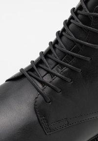Vagabond - ALEX - Šněrovací kotníkové boty - black - 5