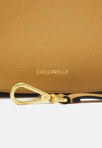 Coccinelle - ARPEGE - Kabelka - warm beige/noir - 4