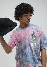 PULL&BEAR - RICK & MORTY - Print T-shirt - rose - 4