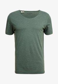 Selected Homme - SLHNEWMERCE O-NECK TEE - T-shirt - bas - cilantro/melange - 3