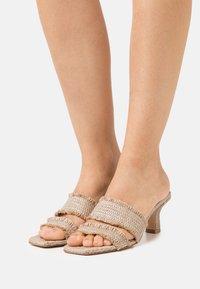 Cult Gaia - FAE  - Pantofle na podpatku - cream - 0