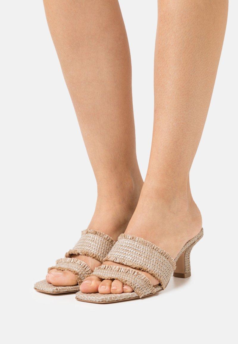 Cult Gaia - FAE  - Pantofle na podpatku - cream