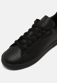 adidas Originals - SUSTAINABLE STAN SMITH UNISEX - Sneakersy niskie - core black - 4