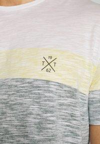 TOM TAILOR - INSIDE COLOUR BLOCK - Print T-shirt - olive night green - 4