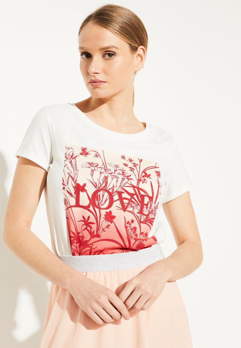 comma - MIT SCHMUCKSTEIN-APPLIKATION - Print T-shirt - white
